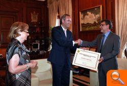 Alberto Fabra haciendo entrga del diploma