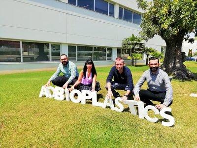 El equipo de ADBioplastics en sus instalaciones